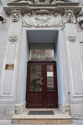 Вход в хостел на Невском